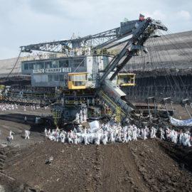 Bagger gestoppt: Braunkohle-Tagebau im Rheinland wird von 3000 Klimaaktivist*innen blockiert