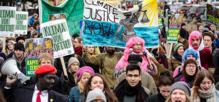"""""""Klima schützen, Leben retten!"""" – Hunderte demonstrieren für Klimaschutz"""