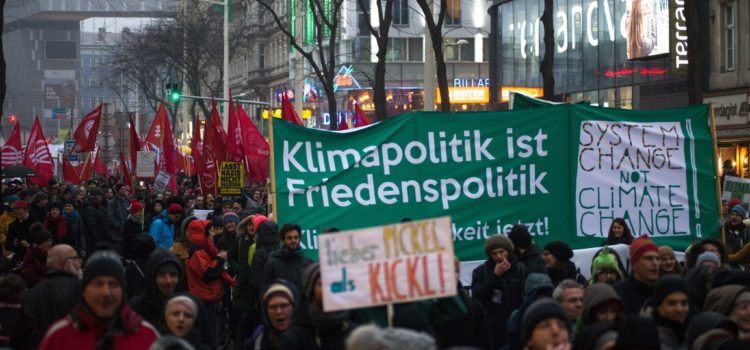 Lauter Klimagerechtigkeitsblock auf der Großdemo gegen Schwarz-Blau
