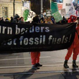 1.000 Demonstrierende fordern von OPEC das Ende des fossilen Zeitalters