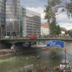 besetzte Aspernbrücke und Auto-Boote