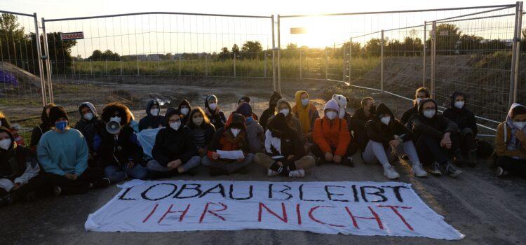 Presseaussendung: 100 Aktivist:innen blockieren Bau der Stadtautobahn